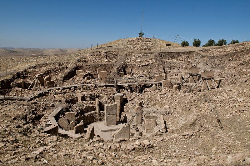 800px Göbekli Tepe Urfa - غوبكلي تبه في شانلي أورفا تاريخ يعود إلى العصر الحجري