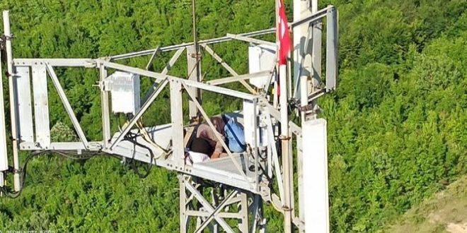 في بارتين فوق برج الاتصالات 660x330 - سوري يتسلق برج الاتصالات في بارتين التركية لينام فيه ..لن أنزل حتى أكلم الرئيس