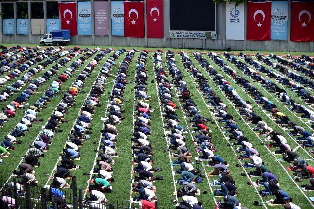 10 haftalik cuma namazi hasreti sona erdi 13270692 6172 m - بالفيديو : المواطنون يؤدون صلاة الجمعة في ملعب بإسطنبول