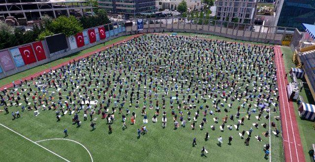 10 haftalik cuma namazi hasreti sona erdi 13270692 8936 m 640x330 - بالفيديو : المواطنون يؤدون صلاة الجمعة في ملعب بإسطنبول