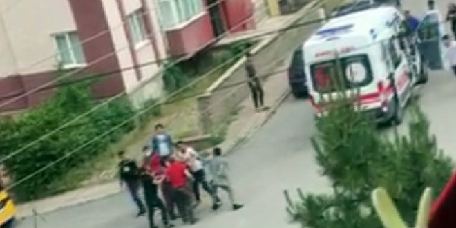 3341107 660x330 - بالفيديو : اعتداء بالضرب على سائق تركي بعد أن صدم بسيارته طفلة في سيفاس