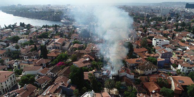 3341879 660x330 - شاهد بالفيديو : حريق مروع يلتهم مبنى تاريخي بولاية انطاليا