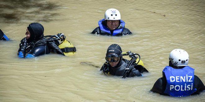 تركي يفقد 5 من افراد عائلته في فيضان بورصة ( المصدر : وسائل اعلام تركية )