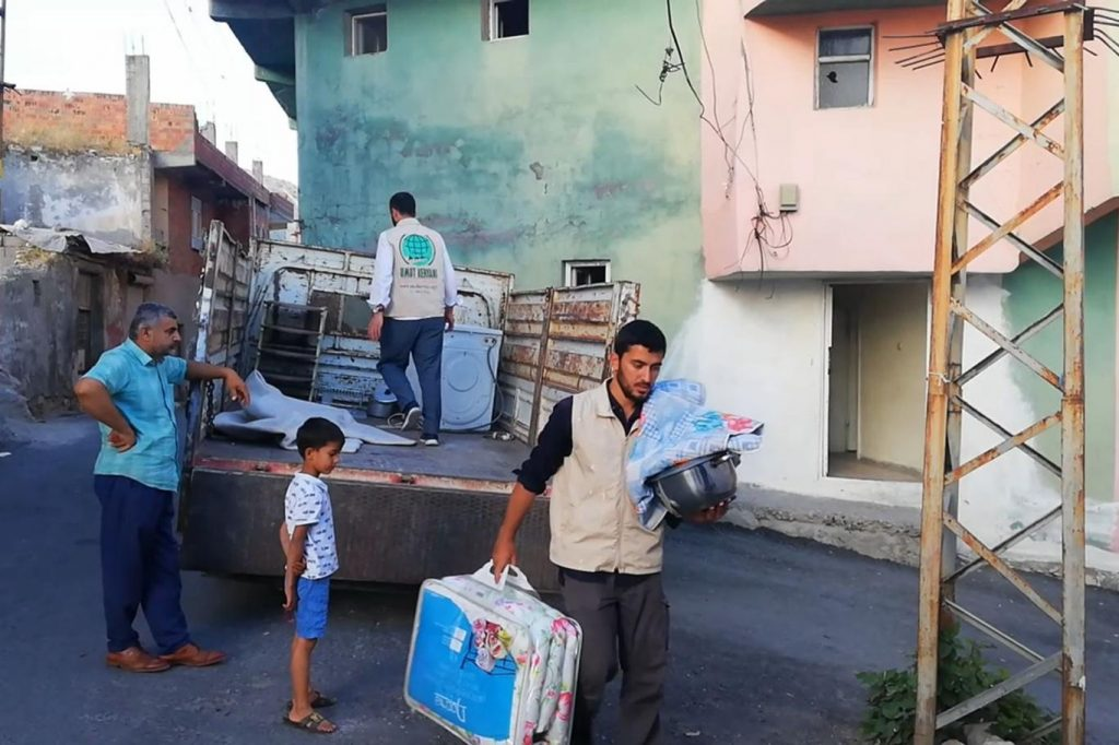 7593a7a51a4d5381d74c 1024x682 - جمعية تركية تقدم كامل مستلزمات المنزل لعائلة سورية في ولاية دياربكر ( صور )