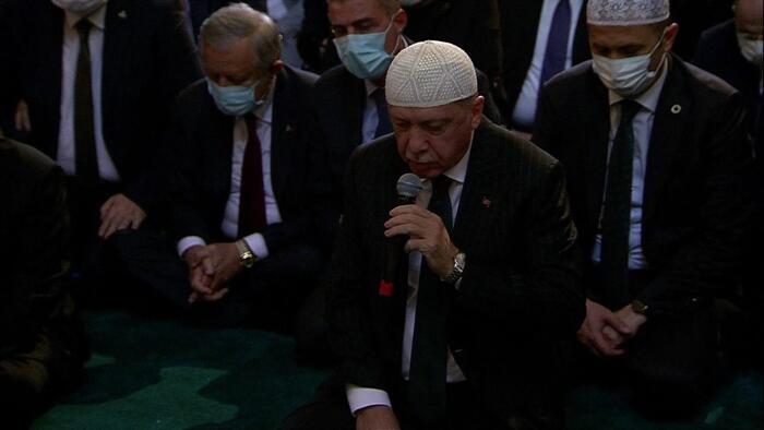 erdogan 3 - بصوت رائع .. أردوغان يقرأ القرآن الكريم في مسجد آية صوفيا .. فيديو
